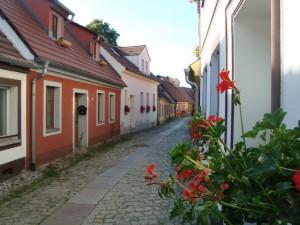 Hoyerswerda, Lange Straße (alte Handwerkerstraße aus der Mitte des 18. Jh.) mit Schuhmacher-Werkstattmuseum im Haus Nr. 1 und Kanonenkugel am Haus Nr. 4 aus der Napoleonzeit