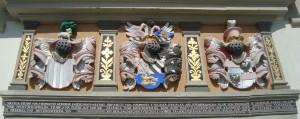 Hoyerswerda, Wappen Seyfried von Promnitz' und seiner beider Ehefrauen über dem Eingang zum Rathaus