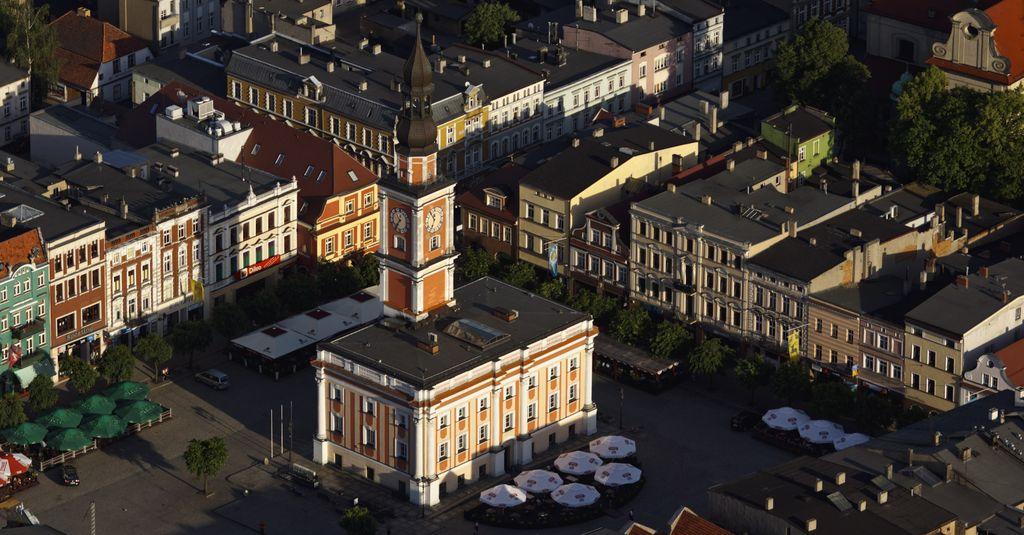 Der Rynek von Leszno mit dem spätbarocken Rathaus (Foto: Jacek Lewiński, 2011)